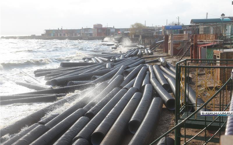 Штормом прибило к берегу десятки труб со стройки Керченского моста - Цензор.НЕТ 7377