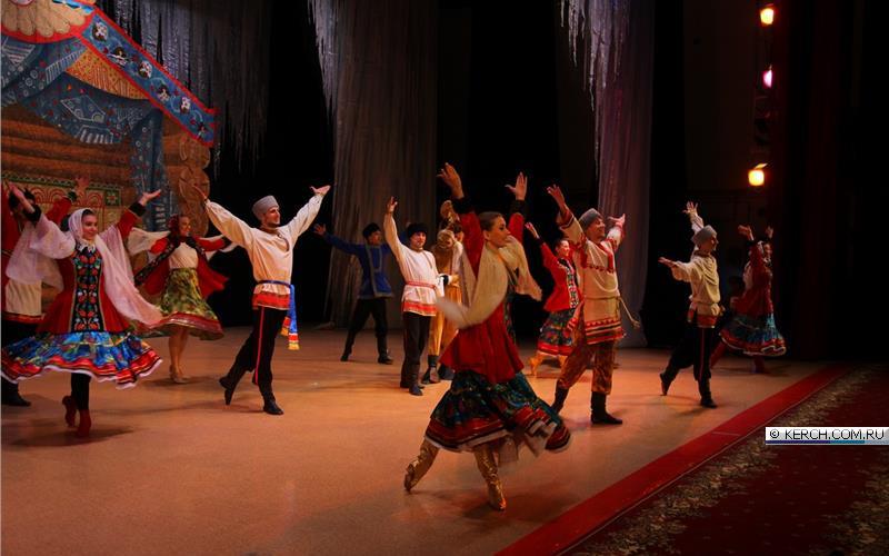 Кубанцы выступают в Керчи с новогодним представлением