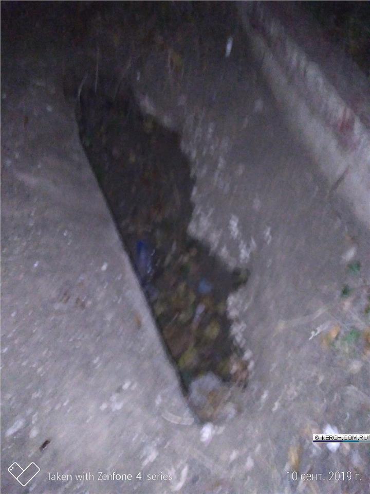 Керчанин провалился в яму в тротуаре